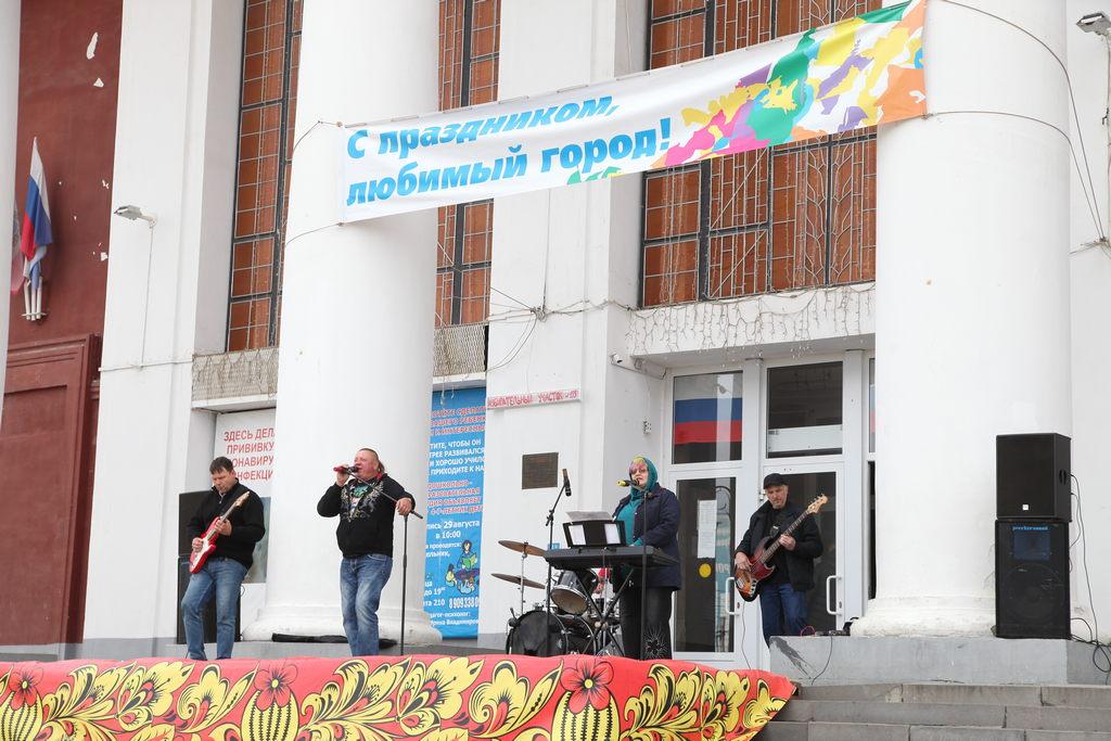 В День города на площади Ленина состоялся концерт группы «Ковер-паровоз»
